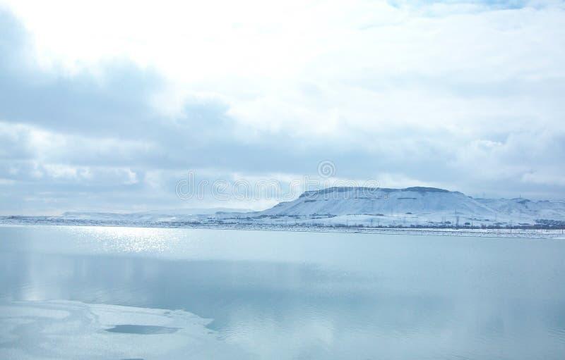 Blauwe Ijzige de winterdag bij het meer royalty-vrije stock foto