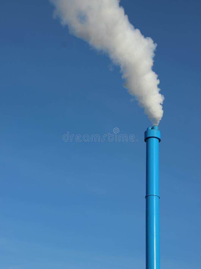 Blauwe Industriële Schoorsteen op Hemelachtergrond met Witte Stoom stock foto's