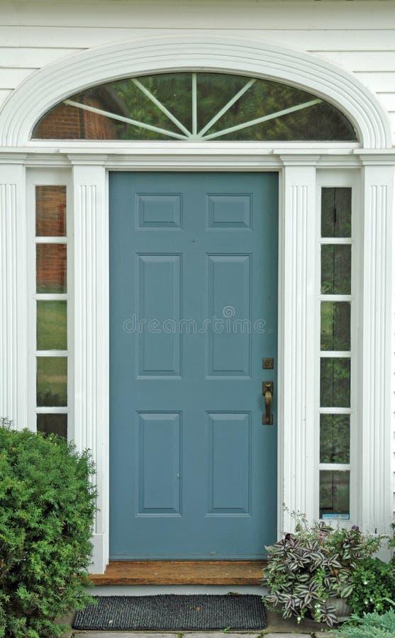 Blauwe ingangsdeur royalty-vrije stock afbeeldingen