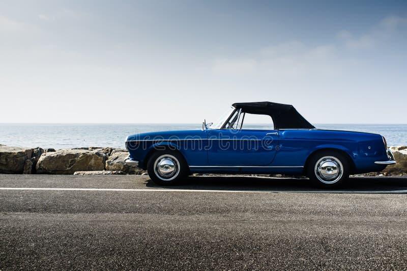 Blauwe Italiaanse uitstekende convertibel stock fotografie