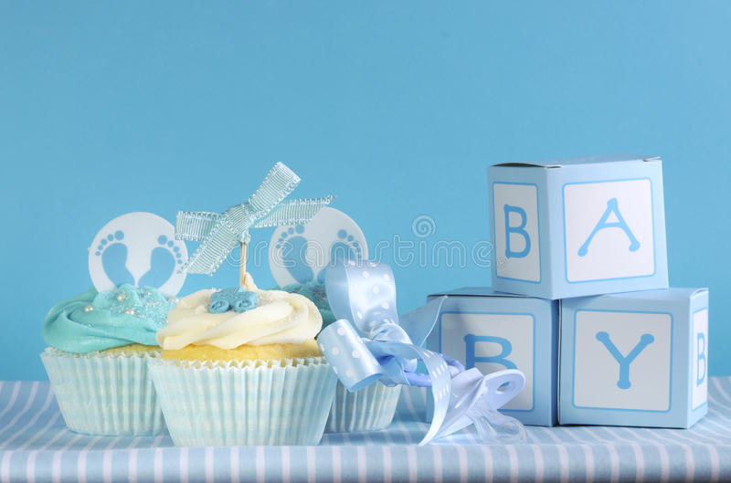 Blauwe jongen drie van de themababy cupcakes en de giftdozen van de babygunst stock foto's
