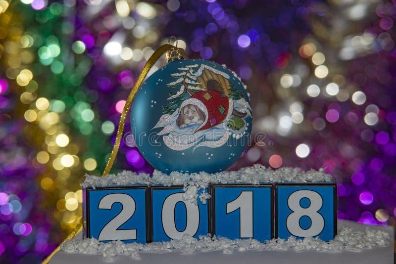 Blauwe Kerstmisbal met een hond aan de kant van 2018 royalty-vrije stock foto's