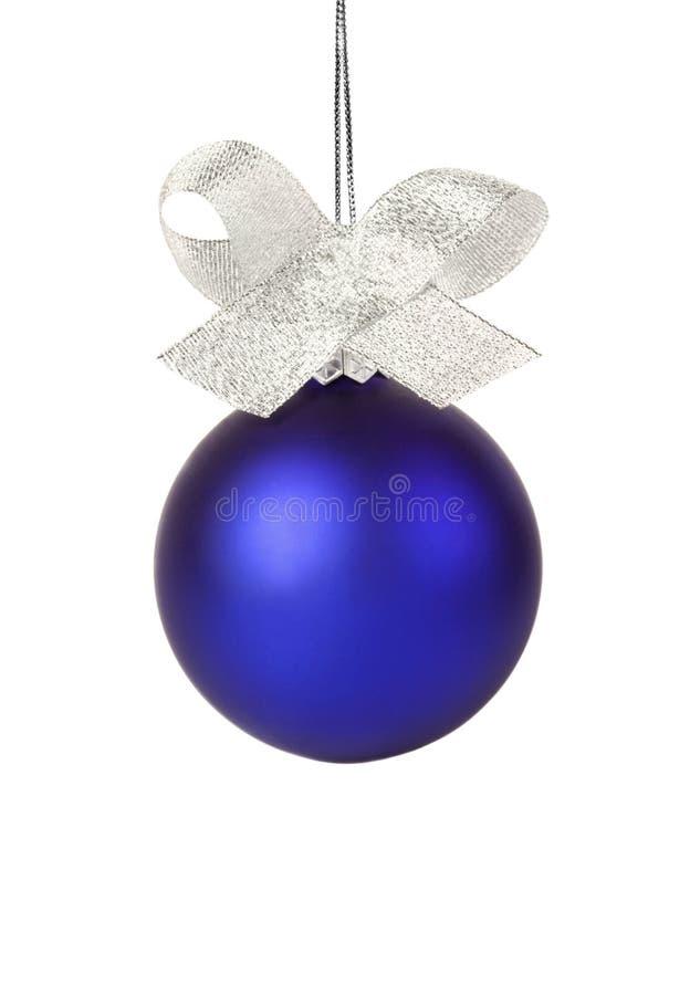 Blauwe Kerstmisbal met zilveren lint stock fotografie