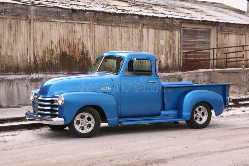 Blauwe klassieke bestelwagen met tegenover elkaar stellende achtergrond stock foto's