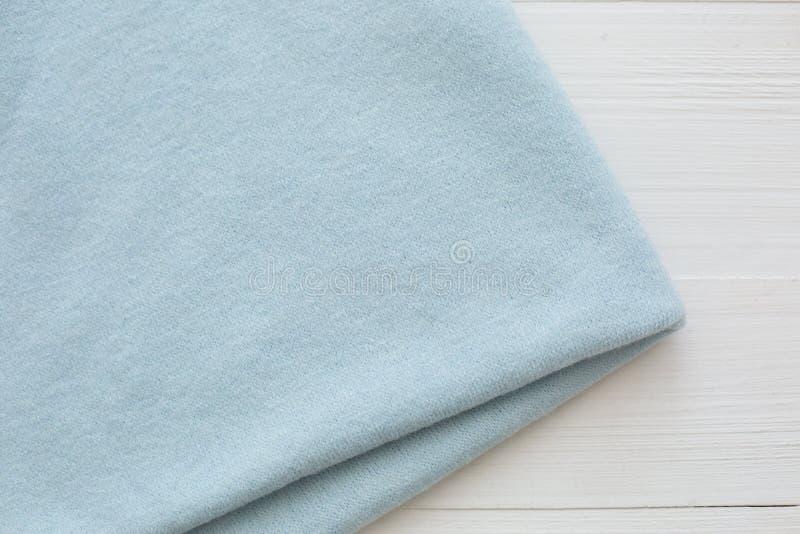 Blauwe kleur gebreide stof op witte achtergrond stock afbeelding