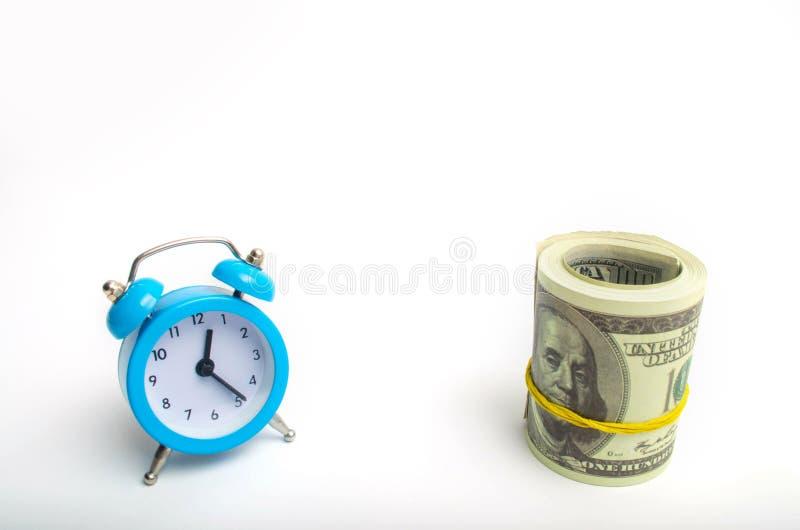 blauwe klok en dollars op een witte achtergrond het concept `-tijd is geld ` bedrijfs financiële ideeën besparing Financiële inve royalty-vrije stock foto's