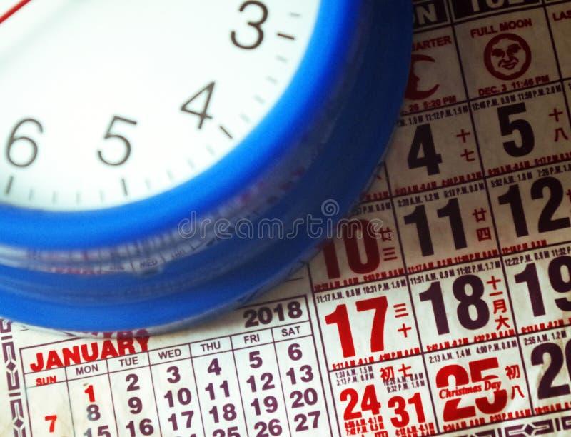 Blauwe klok en kalender op een witte achtergrond royalty-vrije stock foto