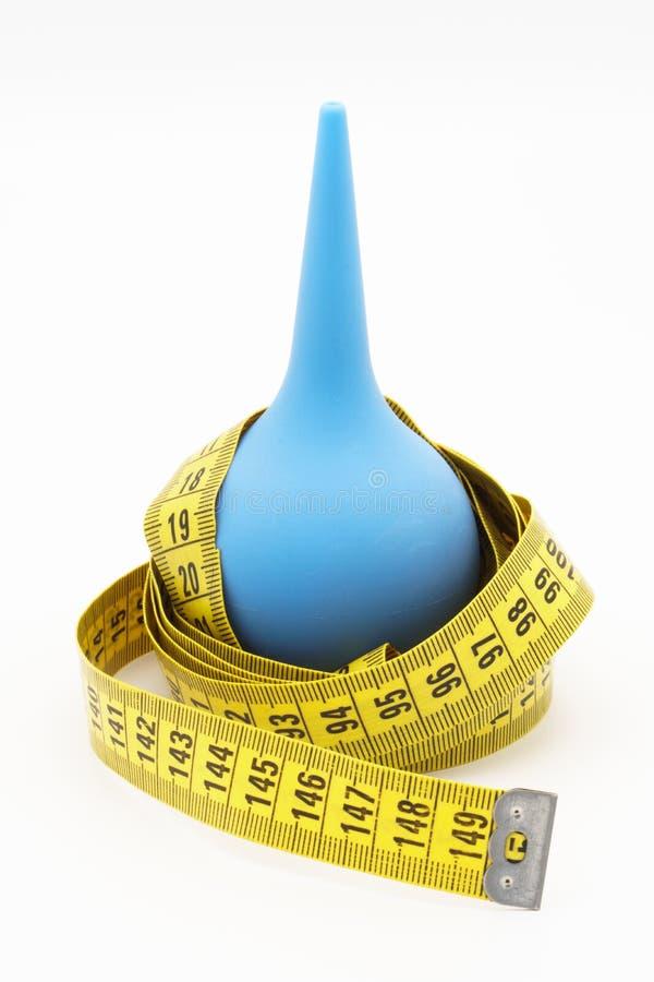 Blauwe klysma en kleermakersmaatregel Vermageringsdieetconcept stock afbeelding
