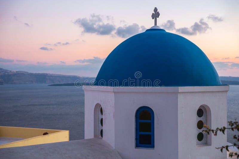 Blauwe koepel van witte kerk in Oia, Santorini, Griekenland royalty-vrije stock fotografie