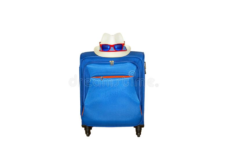 Blauwe koffer met een de zomerhoed en een modieuze die zonnebril op witte achtergrond wordt geïsoleerd De reisconcept van de de z royalty-vrije stock afbeeldingen