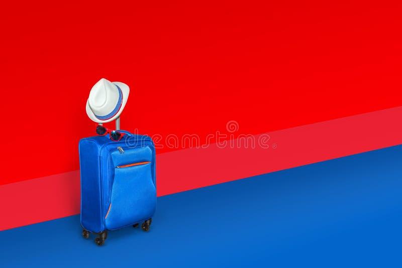 Blauwe koffer met een de zomerhoed en modieuze glazen op lichtblauwe/rode achtergrond, een concept van de de zomervakantie, vrij  royalty-vrije stock foto's