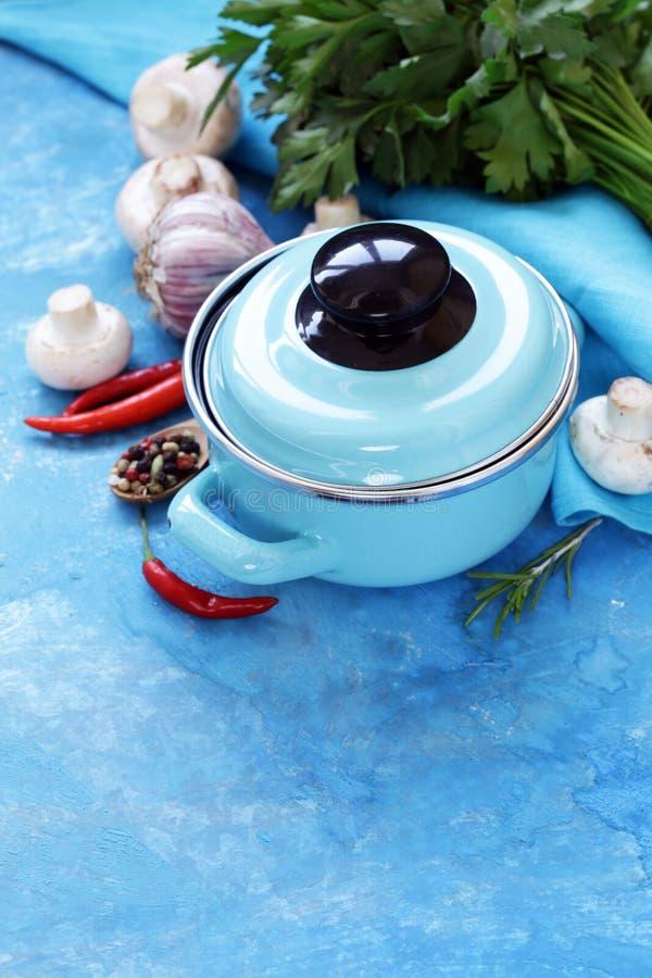 Blauwe kokende pot en ingrediënten voor soep of hutspot stock foto