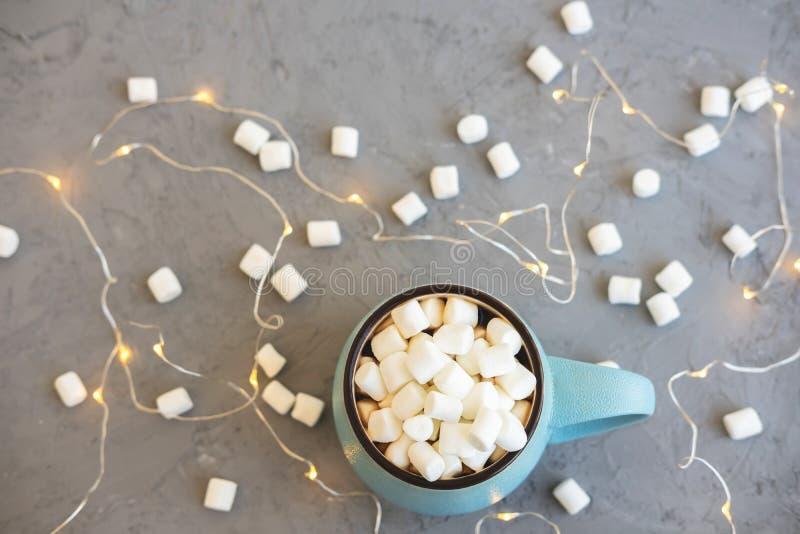 Blauwe kop van koffie op grijze concrete achtergrond met heemst en slinger De comfortabel drankherfst en de winterconcept bovenka stock fotografie