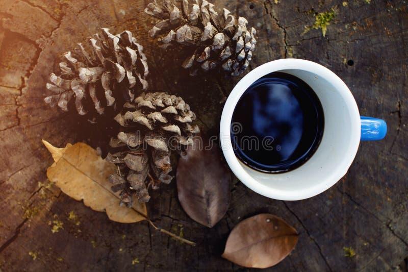 Blauwe kop van koffie op logboek royalty-vrije stock foto