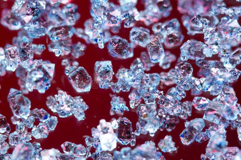 Blauwe kristallen op een rode achtergrond stock fotografie