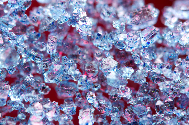 Blauwe kristallen op een rode achtergrond stock afbeelding