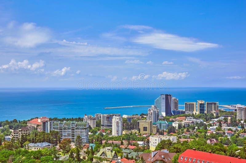 Blauwe kust van de Zwarte Zee in Sotchi met huizen onder de zomer bewolkte hemel stock foto's
