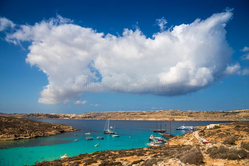 Blauwe Lagune, Malta - Mooie wolken over de beroemde Blauwe Lagune van Malta ` s op het Eiland Comino met het Eiland Gozo stock fotografie