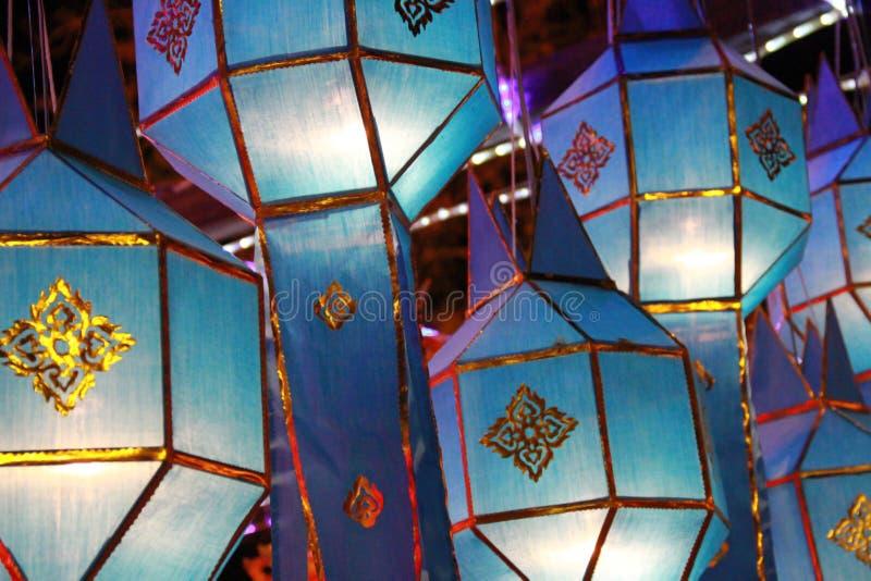 Blauwe Lanna-lantaarnlamp in Loy Kratong Festival, of vraag Yee Peng Festival bij noordelijk van Thailand royalty-vrije stock foto