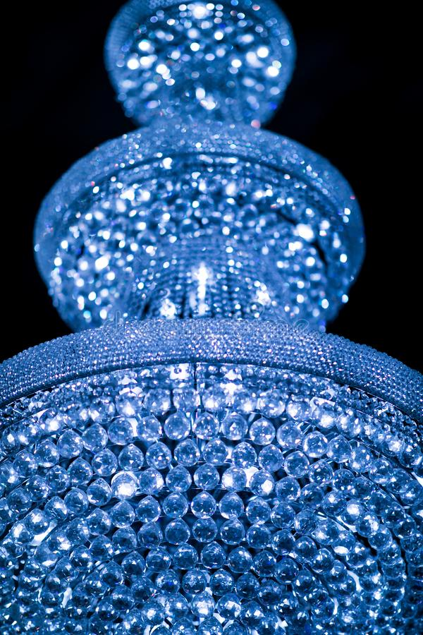 Blauwe lichte kristalkroonluchter royalty-vrije stock fotografie