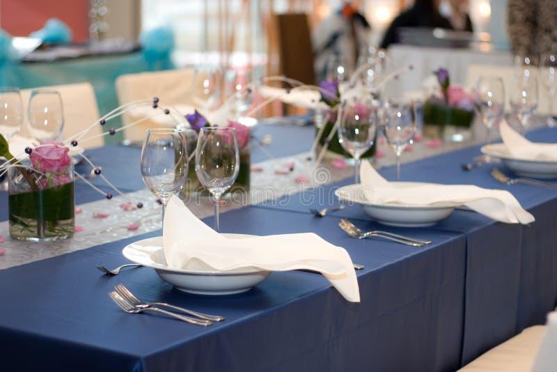 Blauwe Lijst die voor Diner wordt geplaatst royalty-vrije stock fotografie
