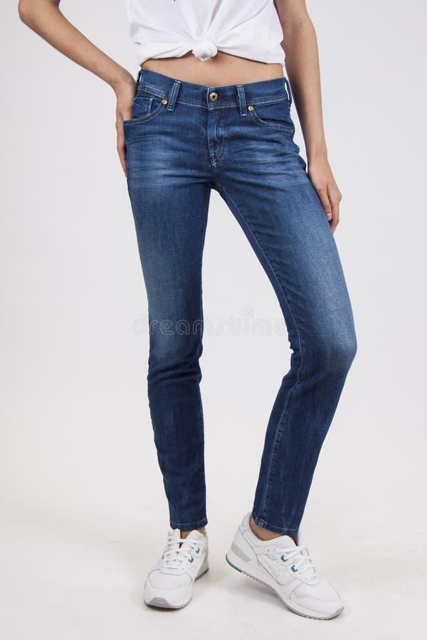 Blauwe magere sportieve jeans stock afbeelding