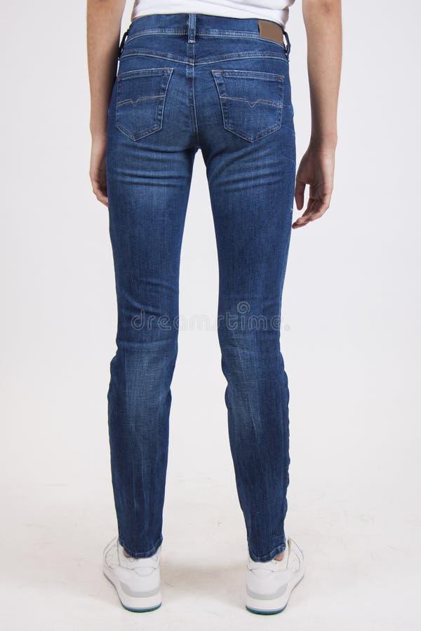 Blauwe magere sportieve jeans stock afbeeldingen