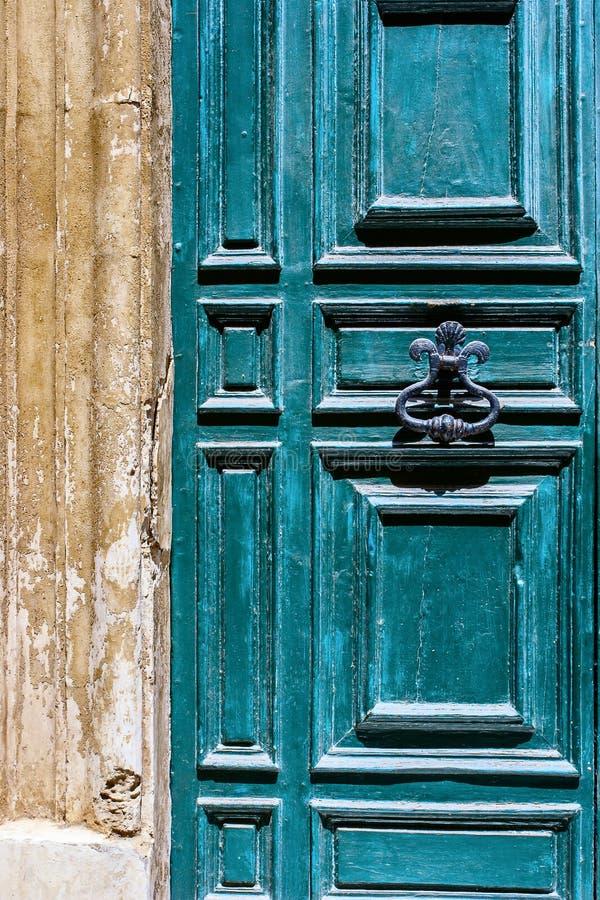 Blauwe Maltese deur met oud gesmeed handvat stock foto's
