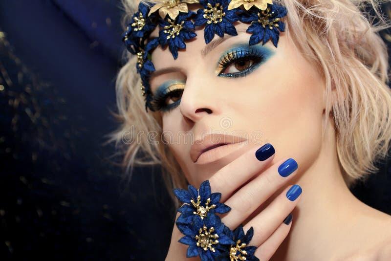 Blauwe manicure en make-up royalty-vrije stock afbeeldingen
