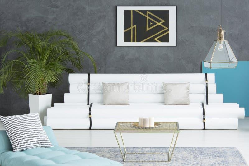 Blauwe matras in woonkamer stock illustratie