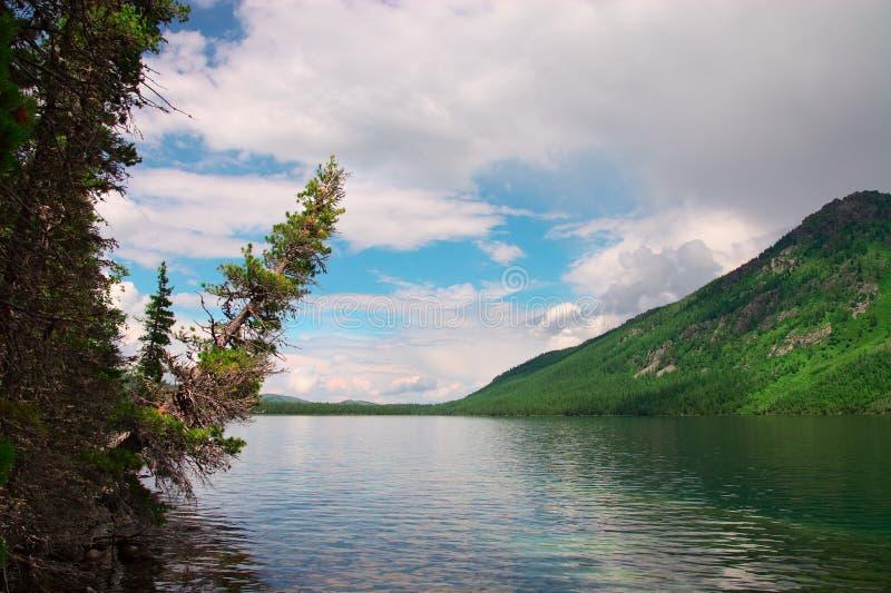 Blauwe meer en bergen. royalty-vrije stock foto's