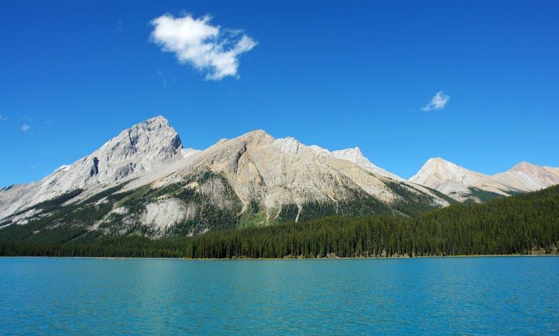 Blauwe meer, hemel en berg royalty-vrije stock afbeelding