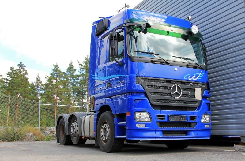Blauwe Mercedes-Benz Actros 2546 Vrachtwagen royalty-vrije stock foto's