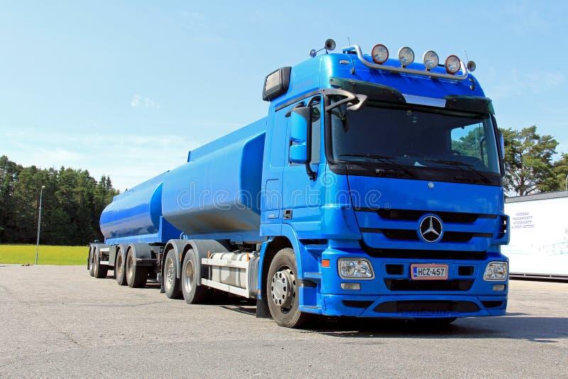 Blauwe Mercedes Benz Truck en Aanhangwagen royalty-vrije stock afbeelding