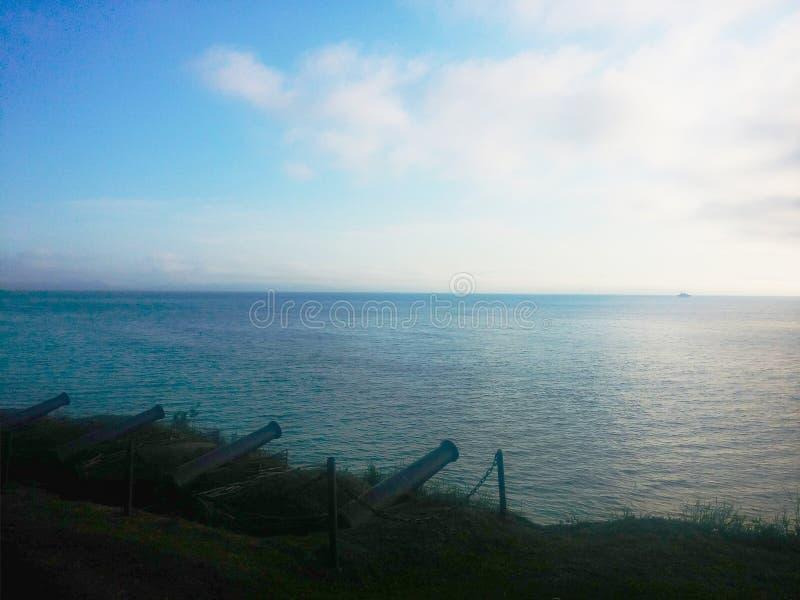 Blauwe mooie hemel over een stille Baai van Kamchatka stock foto's