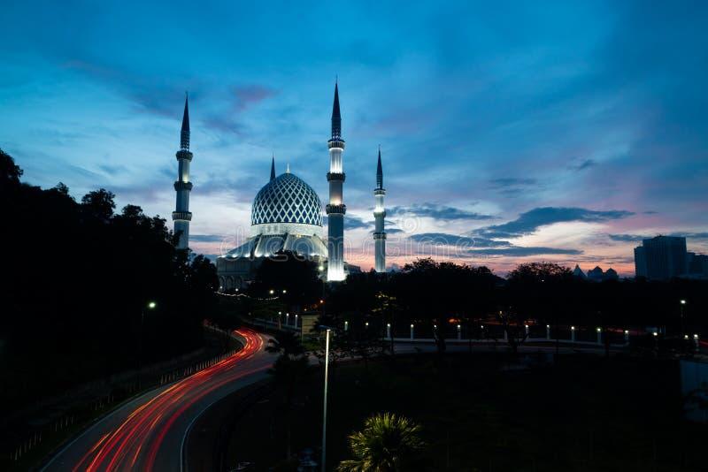 Blauwe Moskee met lichte sleep tijdens blauw uur in de ochtend vóór zonsopgang royalty-vrije stock foto