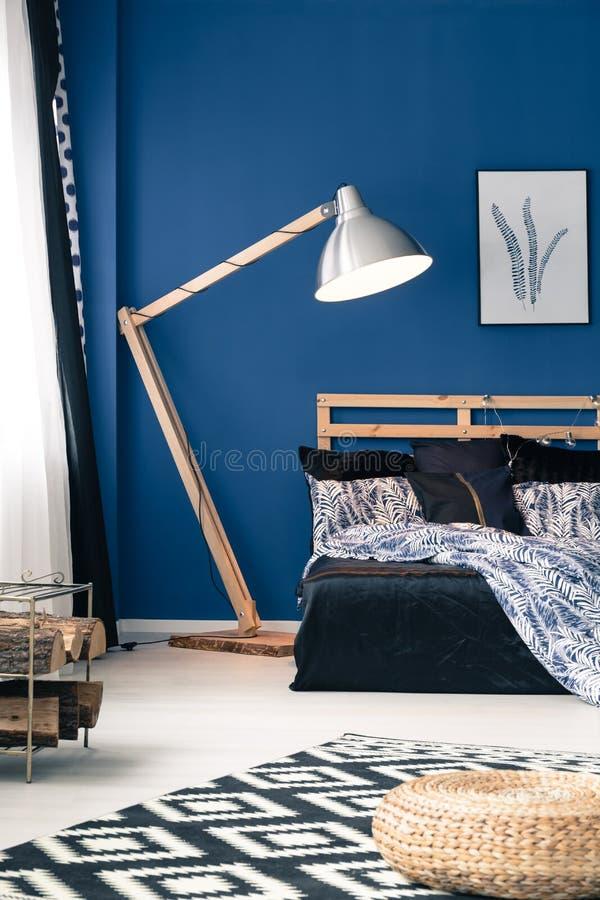 Blauwe muren en indigo bedsheets royalty-vrije stock afbeeldingen