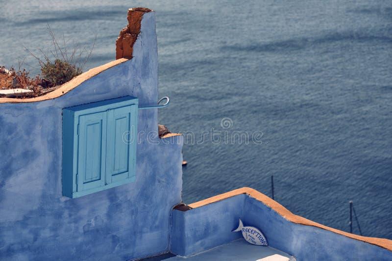 Blauwe muur dichtbij het overzees royalty-vrije stock afbeelding