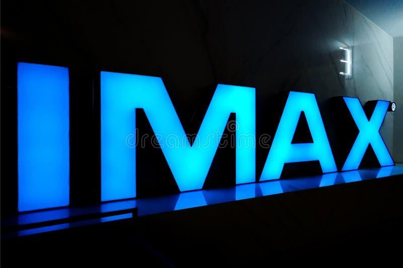 Blauwe neoninschrijving IMAX voor de ingang aan de derde zaal van de bioskoop stock foto