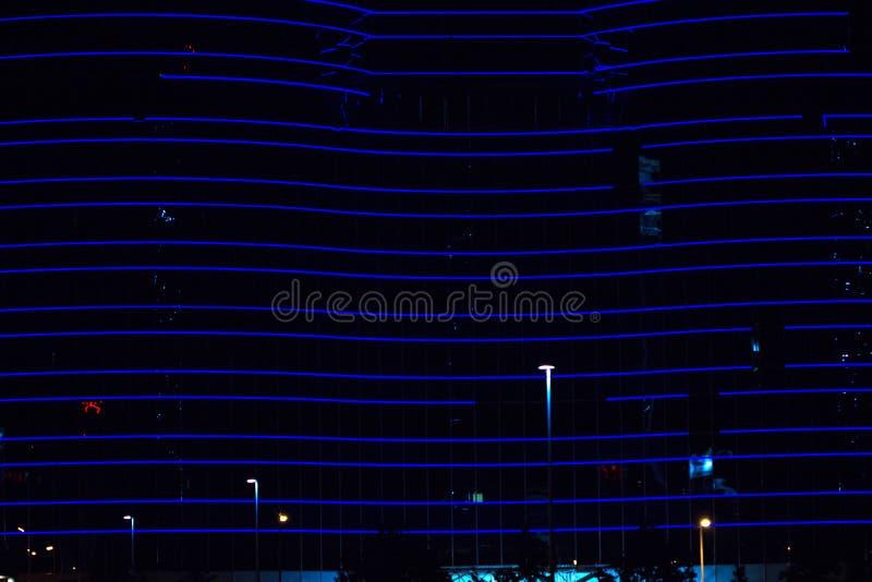 Blauwe neonlichten van het gebouw De bouw met neonlichten in de nacht royalty-vrije stock fotografie