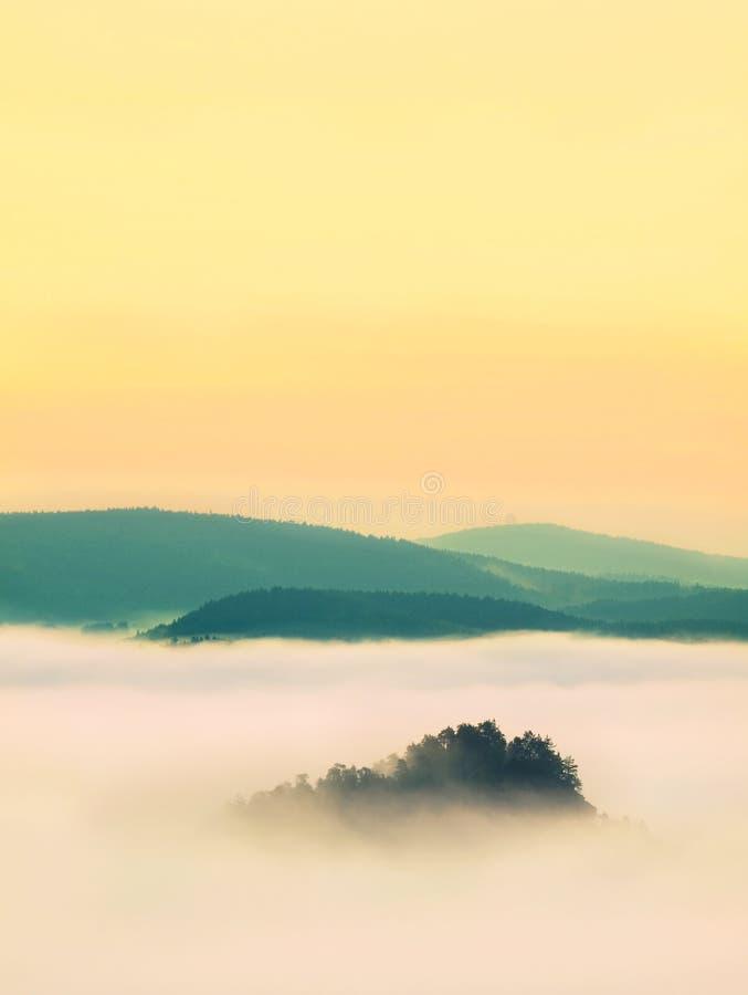 Blauwe nevelige ochtend, mening over rots aan diep valleihoogtepunt van het lichte landschap van de mist Dromerige lente binnen d royalty-vrije stock afbeelding