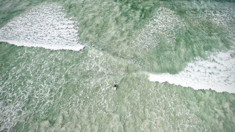 Blauwe oceaan, Surfer op de golf, Gebiedsmening stock foto