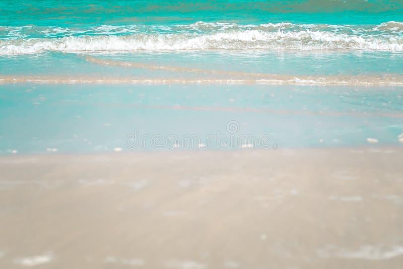 Blauwe oceaangolf op zandig strand de achtergrond van het aardidee blauwe zachte toon stock fotografie