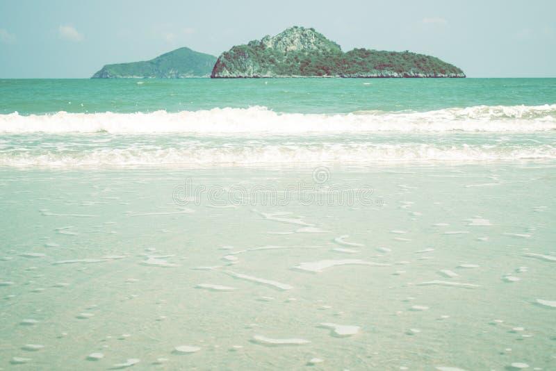 Blauwe oceaangolf op zandig strand de achtergrond van het aardidee blauwe zachte toon Het overzees en het eiland van landschapsth royalty-vrije stock afbeeldingen