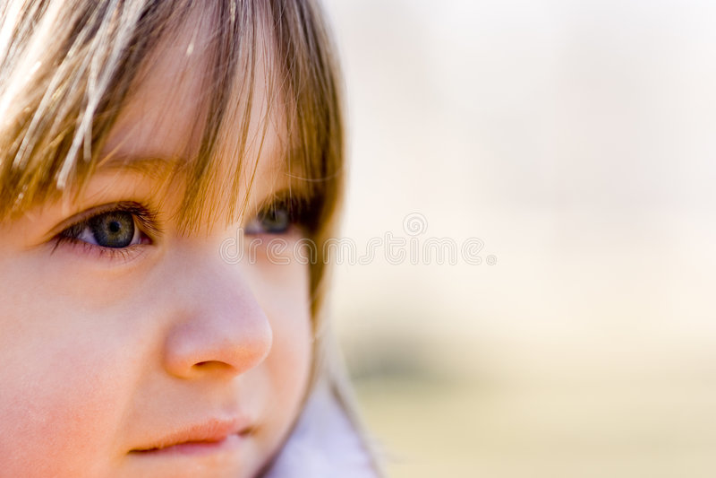 Blauwe ogen die in afstand staren stock afbeeldingen