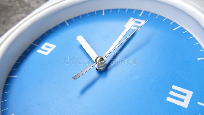 Blauwe onder ogen gezien klok stock foto