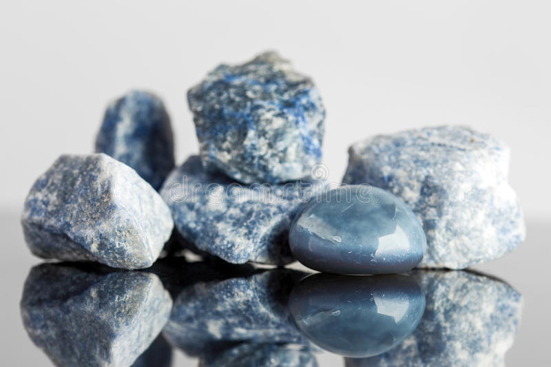 Blauwe ongesneden sodalite, en tuimelt geëindigd, kristal het helen stock foto's
