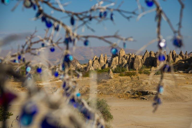 Blauwe oogstenen op hout Rotskerken en duifzolders Zwaardvallei, Goreme, Cappadocia, Anatolië, Turkije stock afbeeldingen