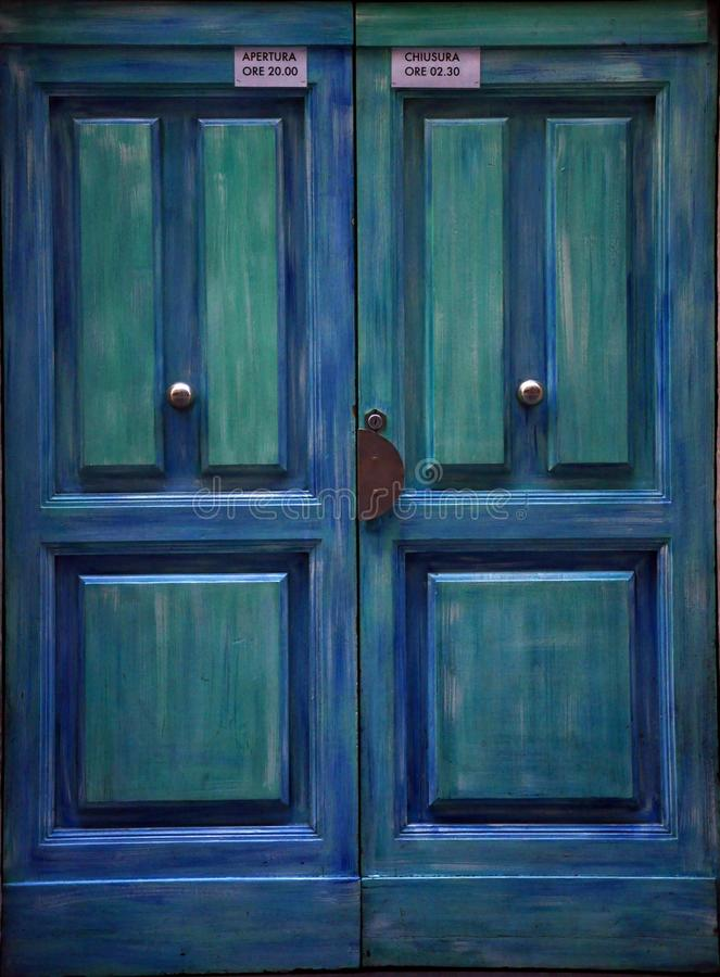 Blauwe oude deur in Florence, Italië stock afbeeldingen