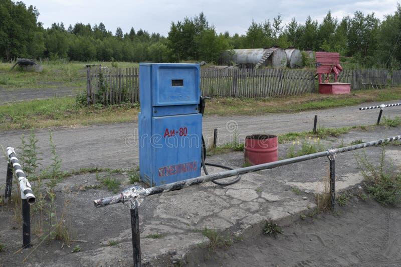 Blauwe oude Sovjetbrandstofautomaat met mechanische tegen scoreboar stock afbeelding